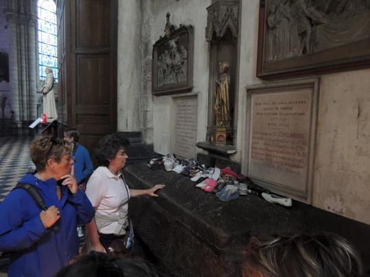 Devant le tombeau d'Erkembode. Photo © PVC / Votre Info
